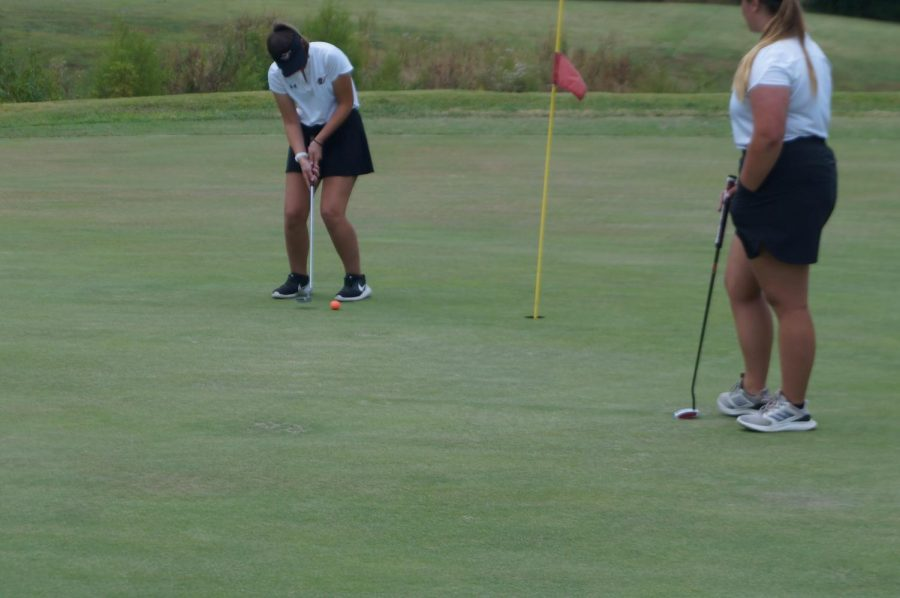 Aubrie+Medford+putts+during+the+Sept.+29+match+against+Steeleville.+Sam+Eggemeyer+looks+on.